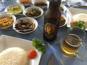 Arroz con curry y cerveza Lion